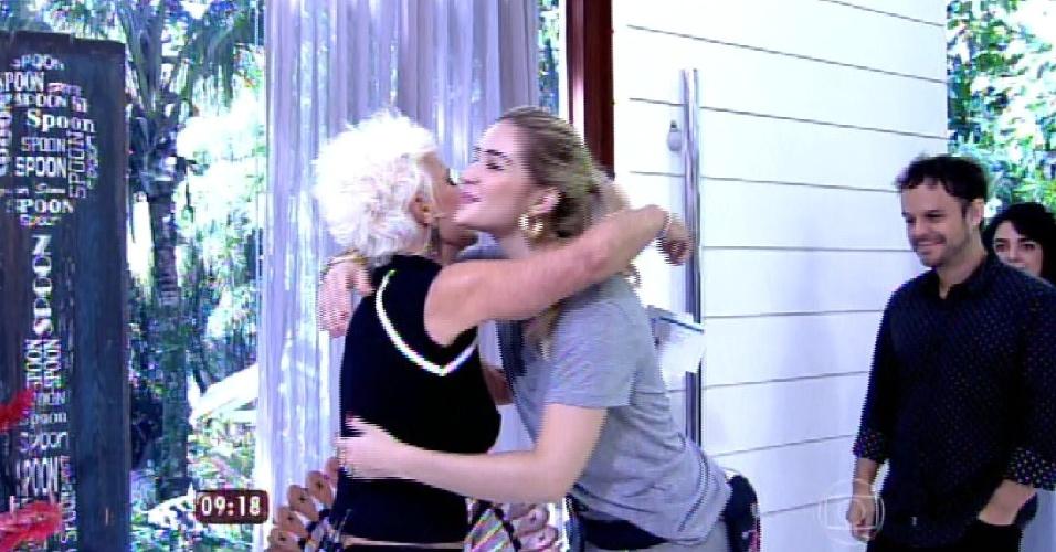 """8.abr.2015 - A apresentadora Ana Maria Braga, do """"Mais Você"""", recebe no programa desta quarta-feira todos os participantes do """"BBB15"""". Na imagem, ela abraça Aline"""