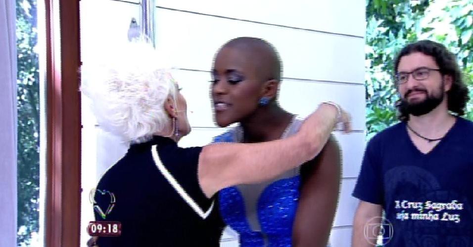 """8.abr.2015 - A apresentadora Ana Maria Braga, do """"Mais Você"""", recebe no programa desta quarta-feira todos os participantes do """"BBB15"""". Na imagem, ela abraça Angélica"""