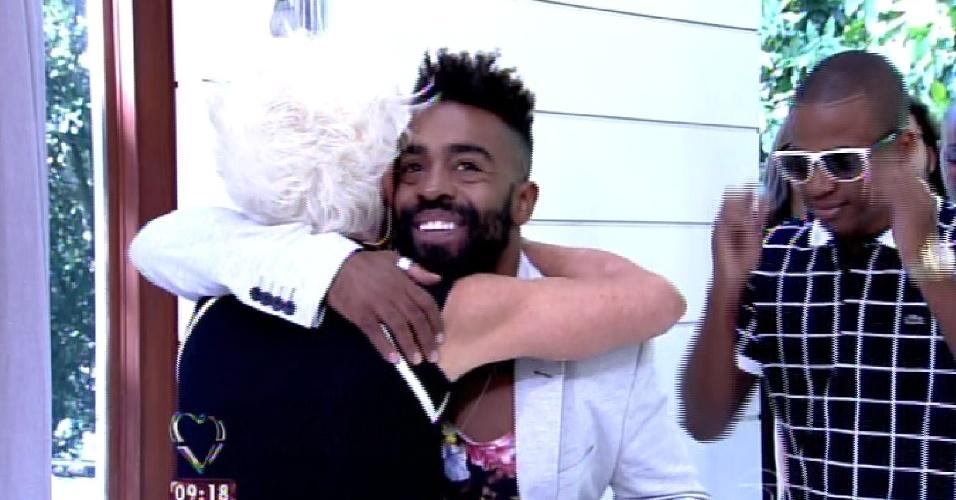 """8.abr.2015 - A apresentadora Ana Maria Braga, do """"Mais Você"""", recebe no programa desta quarta-feira todos os participantes do """"BBB15"""". Na imagem, ela abraça Douglas"""