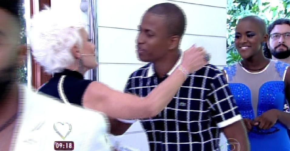 """8.abr.2015 - A apresentadora Ana Maria Braga, do """"Mais Você"""", recebe no programa desta quarta-feira todos os participantes do """"BBB15"""". Na imagem, ela abraça Luan"""