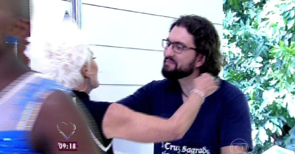 """8.abr.2015 - A apresentadora Ana Maria Braga, do """"Mais Você"""", recebe no programa desta quarta-feira todos os participantes do """"BBB15"""". Na imagem, ela abraça Marco"""