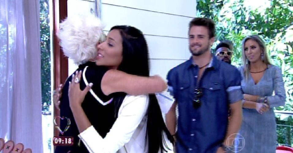 """8.abr.2015 - A apresentadora Ana Maria Braga, do """"Mais Você"""", recebe no programa desta quarta-feira todos os participantes do """"BBB15"""". Na imagem, ela abraça Talita"""