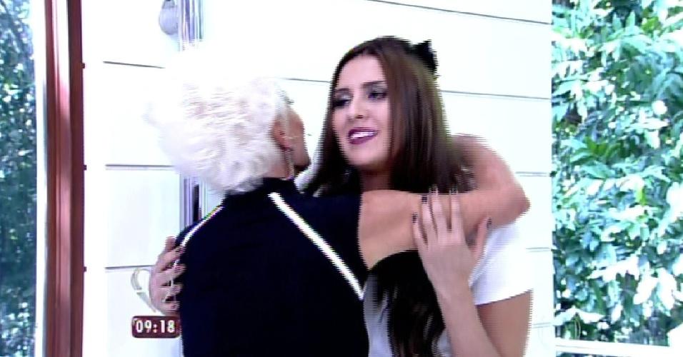 """8.abr.2015 - A apresentadora Ana Maria Braga, do """"Mais Você"""", recebe no programa desta quarta-feira todos os participantes do """"BBB15"""". Na imagem, ela abraça Tamires"""