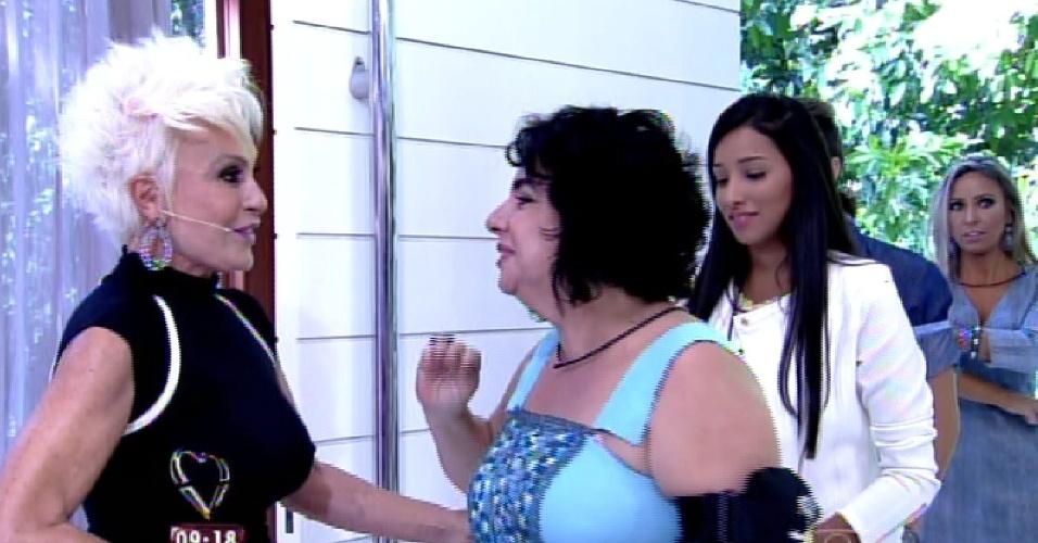 """8.abr.2015 - A apresentadora Ana Maria Braga, do """"Mais Você"""", recebe no programa desta quarta-feira todos os participantes do """"BBB15"""". Na imagem, ela cumprimenta Mariza"""