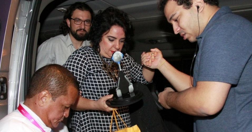 8.abr.2015 - A professora Mariza também foi para festa. Na parte de trás da van, Marco também esteve presente.