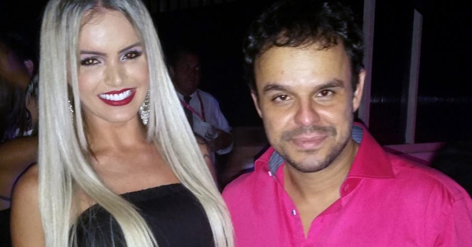 8.abr.2015 - Adrilles posa ao lado de Thalita Zampirolli, a modelo transexual que ganhou beijo de Cézar