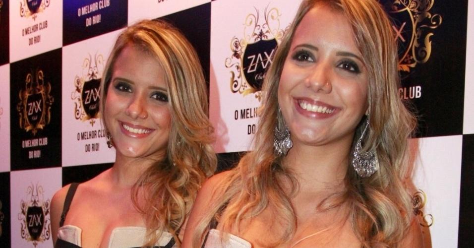 """8.abr.2015 - As gêmeas Andressa e Amanda mantiveram o 'disfarce' utilizado durante a passagem no """"BBB15"""". Elas usaram o mesmo look durante a festa"""