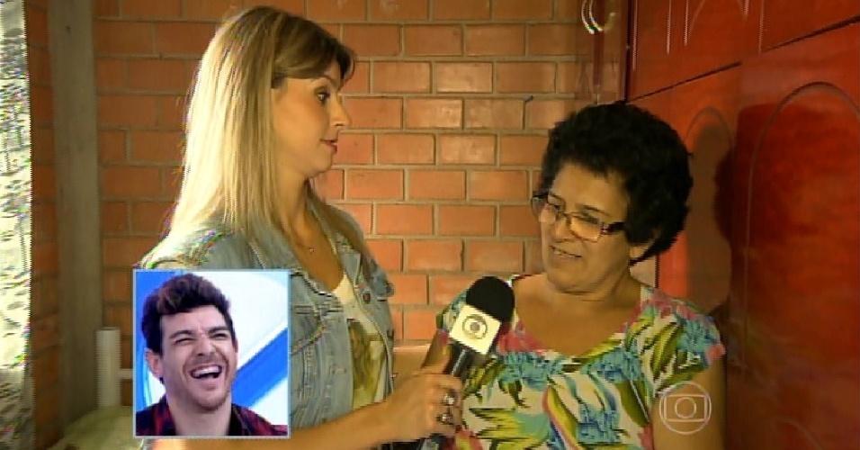 """8.abr.2015 - Campeão do """"BBB15"""", Cézar foi recebido primeiro pela apresentadora Ana Maria Braga, no """"Mais Você"""" desta quarta-feira. Na imagem, ele vê uma entrevista que o programa fez com sua mãe em Guarapuava"""