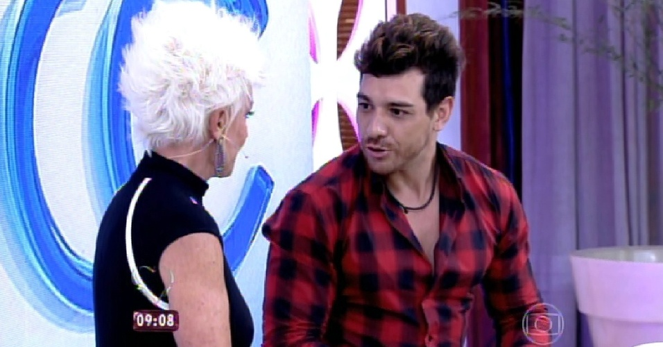 """8.abr.2015 - Campeão do """"BBB15"""", Cézar foi recebido primeiro pela apresentadora Ana Maria Braga, no programa """"Mais Você"""" desta quarta-feira"""