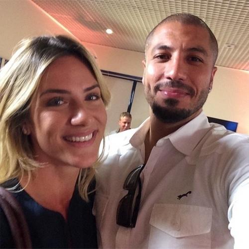 8.abr.2015 - Fernando tieta a atriz Giovanna Ewbank nos corredores do Proja