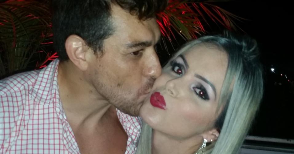 8.abr.2015 - Modelo transexual Thalita Zampirolli ganha beijo no rosto do campeão Cézar Lima