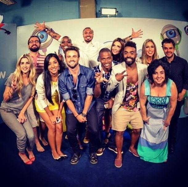 """8.abr.2015 - No dia segunte da final do """"BBB15"""" e após uma longa tarde de entrevistas, Rafael posta foto de despedida do reality show, junto com os outros participantes da edição."""