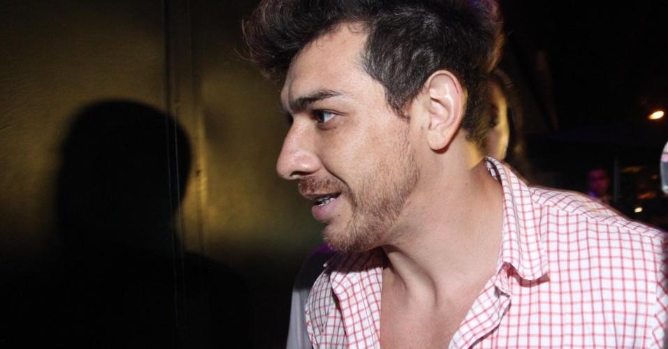 8.abr.2015 - O paranaense chega com seguranças à boate Zax. Cézar ganhou o prêmio de R$ 1,5 milhão com 65% dos votos na final do reality show