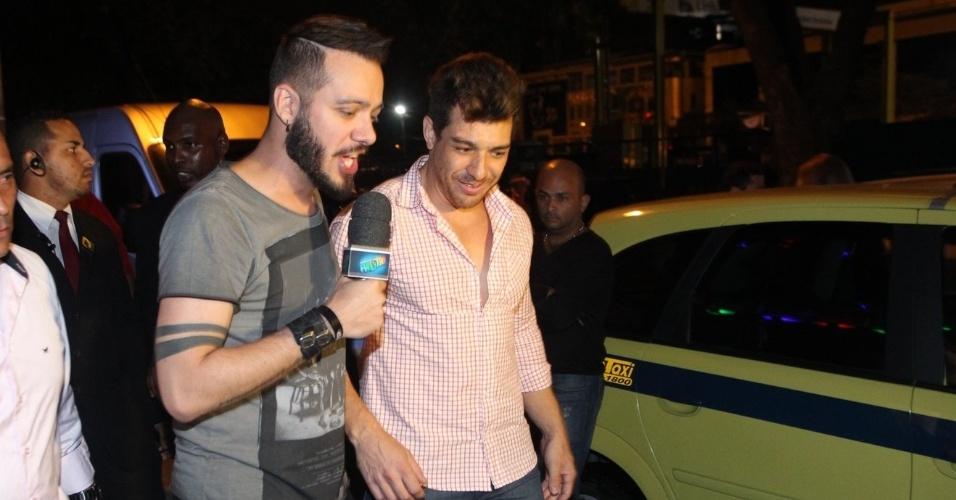 """8.abr.2015 - Pouco antes de entrar na festa da final, o campeão Cézar é entrevistado por Max Porto, vencedor do """"BBB9"""""""