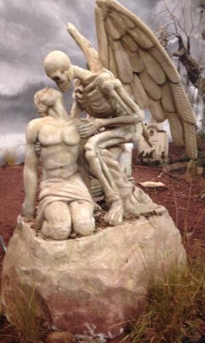 """8.abr.2015 - Um cemitério faz parte do cenário da série """"Amorteamo"""", que foi lançada nesta quarta-feira (8) com uma coletiva para a imprensa"""