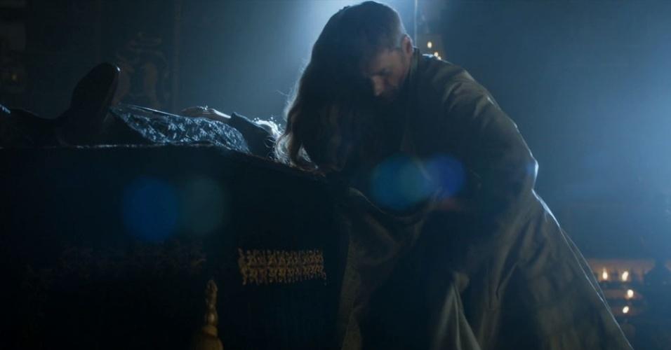 """Jaime (Nikolaj Coster-Waldau) e Cersei (Lena Headey) fazem sexo no velório do filho, dentro de um santuário, na quarta temporada de """"Game of Thrones"""""""