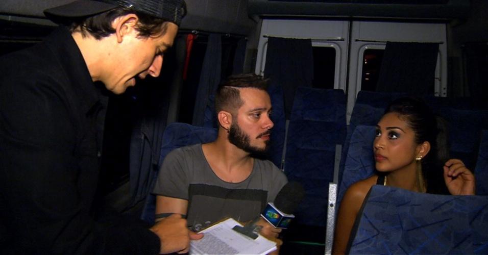 """7.abr.2015 - O humorista Patrick Maia, do """"Pânico"""", e o ex-BBB Max Porto """"sequestram"""" a vice-campeã do """"BBB15"""" Amanda"""