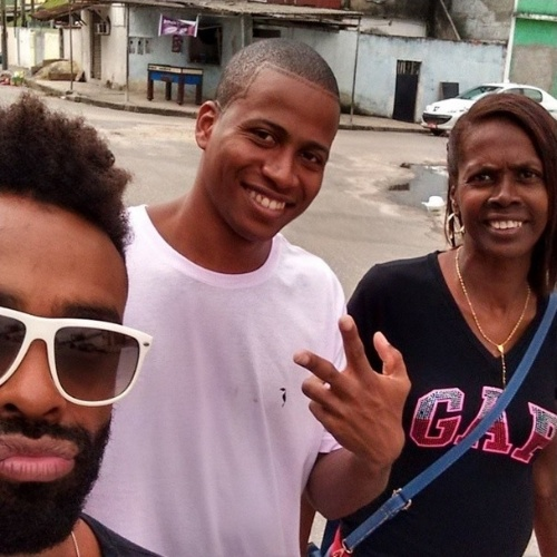 """9.abr.2015 - Após a final do """"BBB15"""", Douglas visita o município de Mesquita, no Rio de Janeiro, onde o amigo e também ex-BBB Luan mora com a família. """"Passeando em Mesquita! Com essa senhora, que colocou no mundo o menino mais feio de todos"""", disse o motoboy, em selfie com a mãe de Luan"""