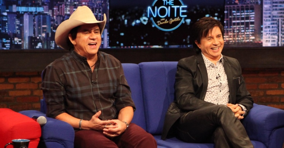 """9.abr.2015 - Chitãozinho e Xororó são entrevistados por Danilo Gentili no """"The Noite"""". Os dois falam sobre os 45 anos de carreira"""