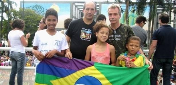 Toni e David adotaram Alysson (esq.), de 14 anos, Felipe, de 9, e Jéssica, de 11 anos - Arquivo pessoal
