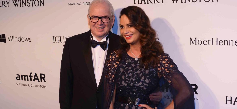 10.abr.2015 - Luiza Brunet e o ex-namorado, Lírio Parisotto, no tapete vermelho do baile da amfAR em São Paulo - AgNews