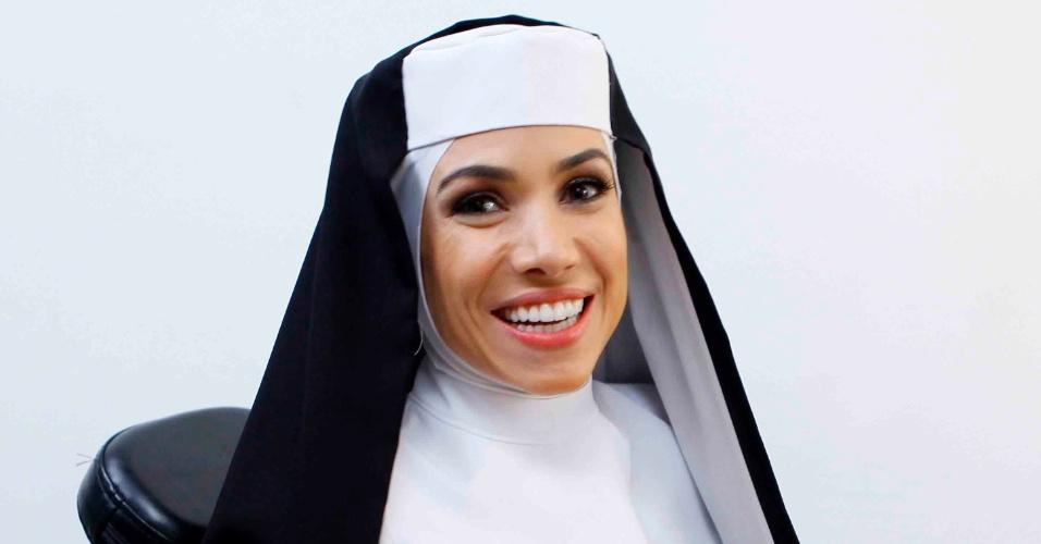 """10.abr.2015 - Patrícia Abravanel se fantasia de freira do filme """"Mudança de Hábito"""". A apresentadora vai usar um molde para ficar """"igual"""" a Whoopi Goldberg"""