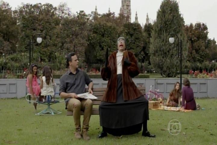 """9.abr.2015 - Danton Mello e Marcius Melhem fazem paródia do quadro """"Velha Surda"""" de """"A Praça é Nossa"""" no """"Tá no Ar"""" desta quinta-feira"""