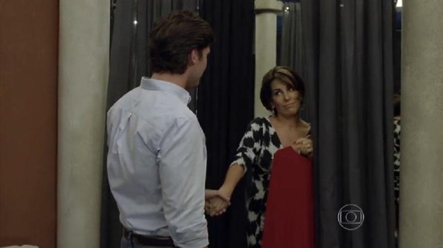 """Beatriz faz sexo com um desconhecido numa loja de roupas. Sedutora, ela o atrai para o provador, e os dois acabam transando em """"Babilônia"""""""