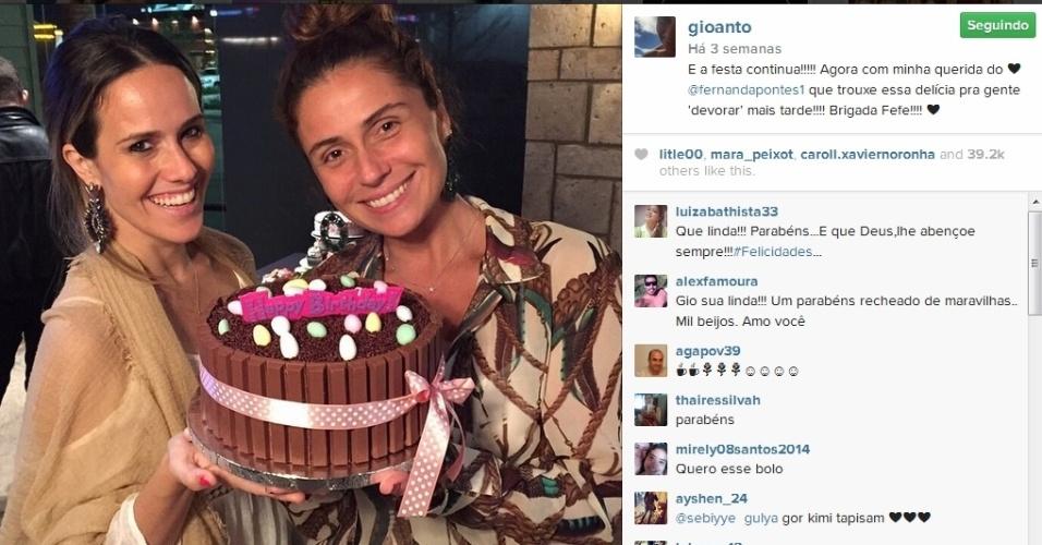 Giovanna Antonelli ganhou um bolo de chocolate de Fernanda Freitas em seu aniversário, no dia 18 de março. A atriz avisou aos seus seguidores que elas iam devorar o doce mais tarde