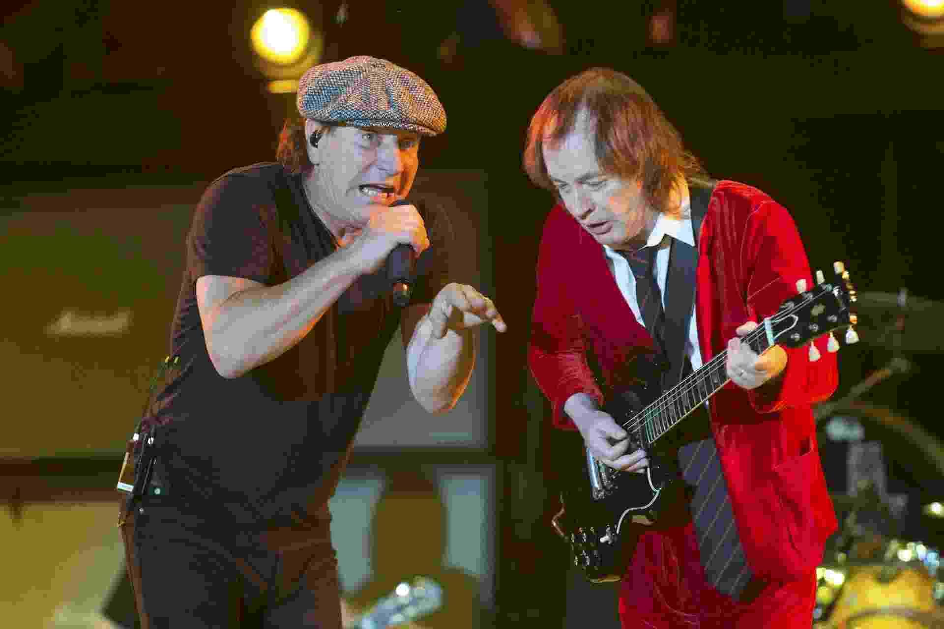 10.abr.2015 - AC/DC encerra a primeira noite de shows do festival Coachella, na Califórnia. Na foto, Brian Johnson e Angus Young aparecem juntos - Lucy Nicholson/Reuters