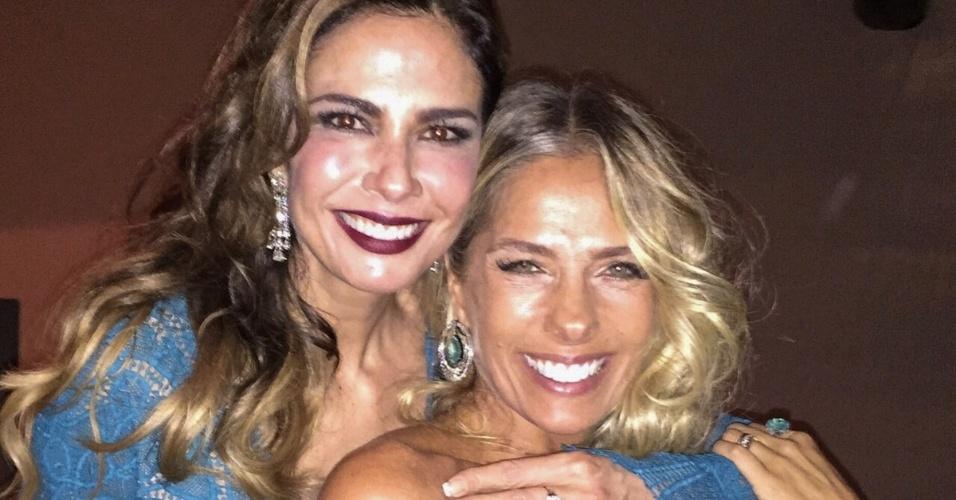 10.abr.2015 - Luciana Gimenez e Adriane Galisteu selam a amizade no badalado baile de gala da amfAR, na casa do empresário Dinho Diniz, no Jardim América, zona sul de São Paulo, nesta sexta-feira