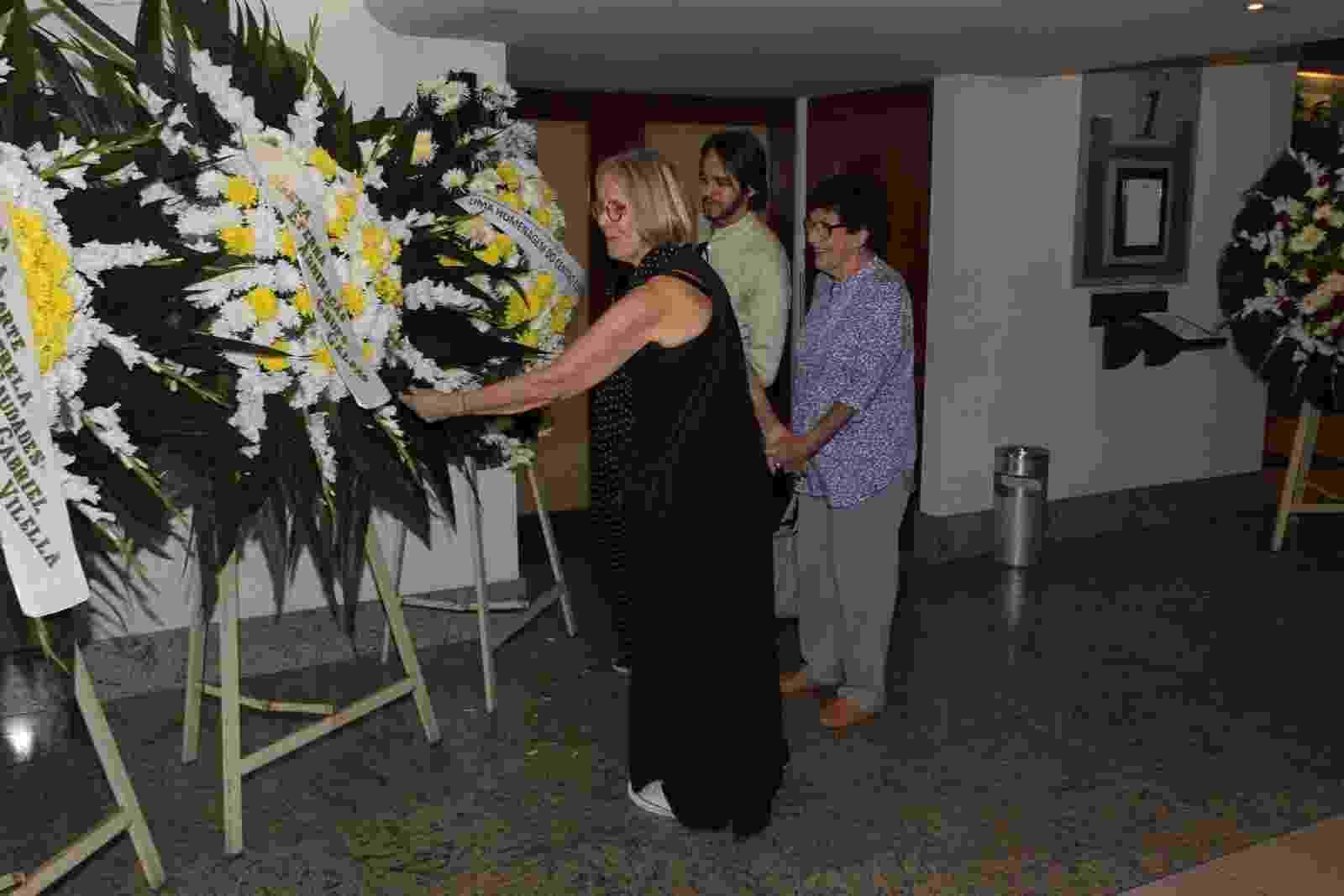 11.abr.2014 - Patrícia, filha de Bárbara Helidora, vê as coroas de flores durante o velório da mãe no Memorial do Carmo, no Rio de Janeiro - Marcello Sá Barretto/AgNews