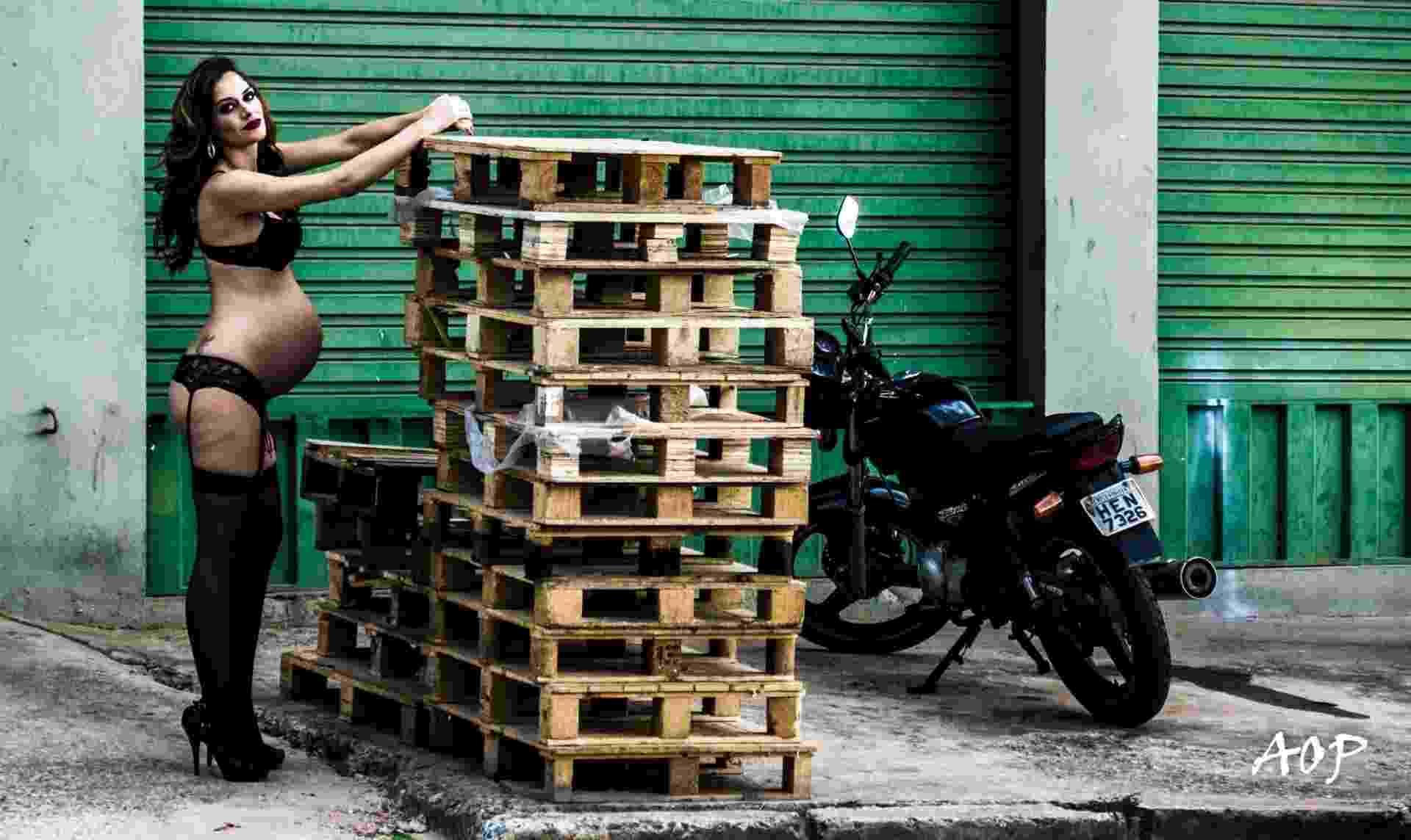 Batom vermelho, lingerie, salto alto e cinta liga... Foi assim que Paola e o marido, o fotógrafo Alexandre Périgo, decidiram fotografar a futura mãe antes da chegada do filho do casal. As fotos foram feitas por ele e as locações escolhidas foram galpões e ruas de Belo Horizonte (MG) - Reprodução/ Facebook/ Alexandre Périgo