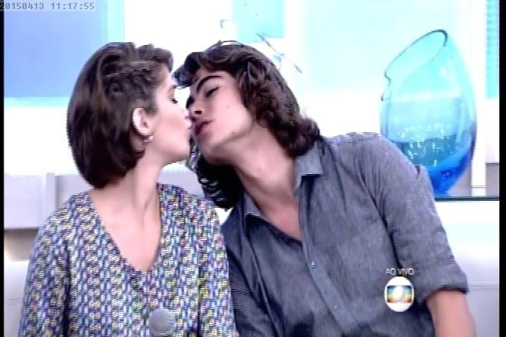 """13.abr.2014 - Isabella Santoni e Rafael Vitti, que fazem par em """"Malhação"""" como Karina e Pedro, se beijam no """"Encontro com Fátima Bernardes"""""""