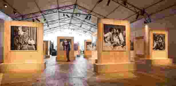 """13.abr.2015 - Exposição """"Sonhando Acordado"""", com cliques de Bob Wolfenson, celebra os 20 anos da SPFW - Gabriel Quintão/UOL"""