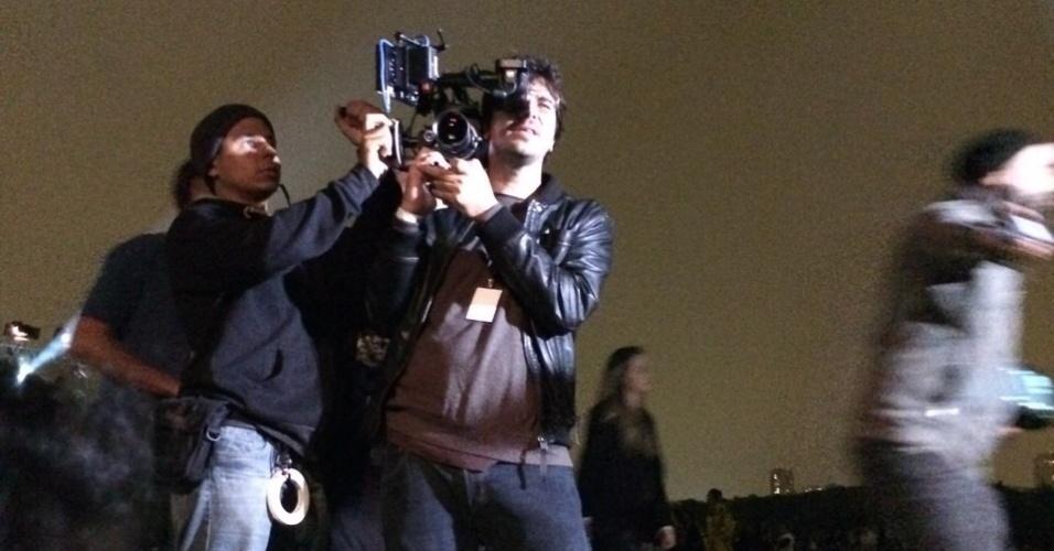 """13.abr.2015- Câmera grava cena de elenco de """"Verdades Secretas"""" durante desfile do SPFW"""