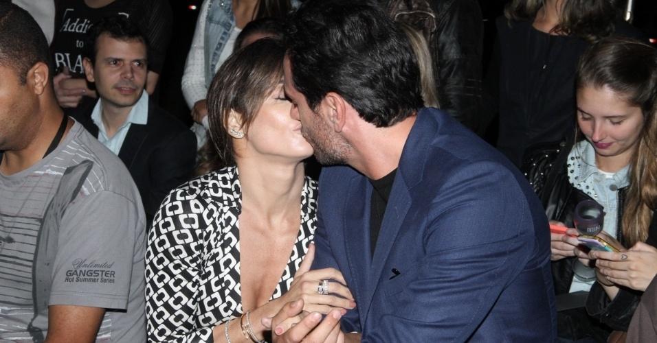 """13.abr.2015- Deborah Secco beija Rodrigo Lombardi durante gravação de cena de """"Verdades Secretas"""" no SPFW"""