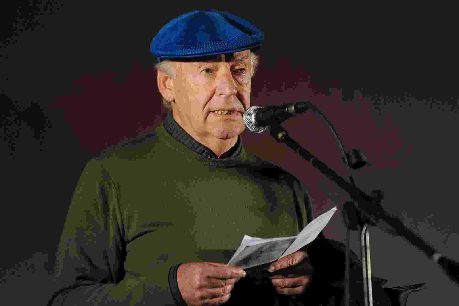 20.out.2009 - Em Montevidéu, Eduardo Galeano fala durante marcha de apoio ao referendo para revogar a lei de anistia que impediu o julgamento de crimes cometidos pelo regime militar no Uruguai - Pablo Porciuncula/AFP Photo