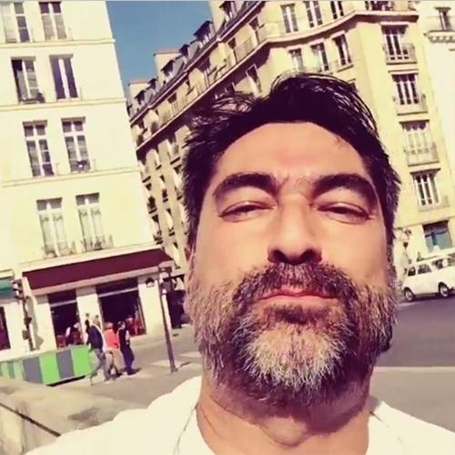 13.abr.2015 - De férias, Zeca Camargo apareceu barbudo durante um vídeo que postou no Instagram direto de Paris