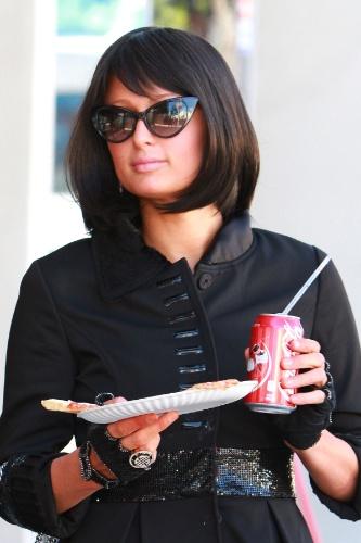 A socialite Paris Hilton foi flagrada de peruca e óculos escuros enquanto comia uma pizza e tomava um refrigerante com a atriz Brooke Mueller nos EUA