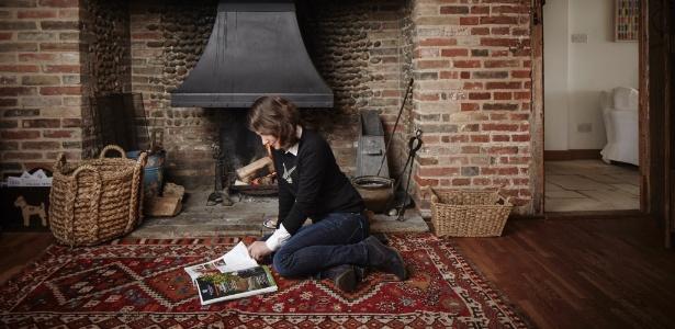 Na sala de estar do bangalô inglês ficam visíveis as estruturas rústicas e robustas - Andy Haslam/ The New York Times
