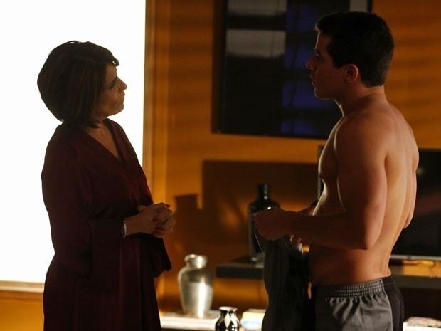 Beatriz provoca Diogo e se diverte ao vê-lo tenso em