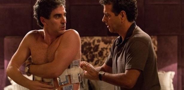 Queiroz (Marcelo Laham) leva no corpo dinheiro ilegal para Aderbal (Marcos Palmeira)