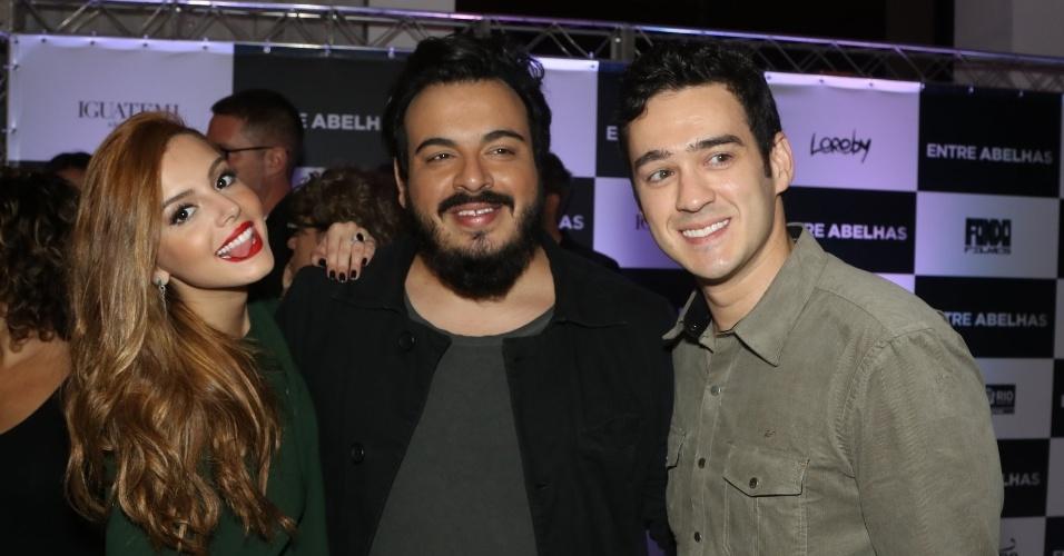 """13.abr.2015 - Giovana Lancelotti, Luis Lobianco e Marcos Veras posam juntos para foto na pré-estreia do filme """"Entre Abelhas"""""""