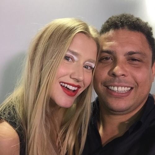 """13.abr.2015 - Ronaldo e Celina Locksno backstage do desfile da Cavalera antes da modelo desfilar. O ex-jogador e a modelo participaram de uma gravação de """"Verdades Secretas""""> na legenda da imagem, Ronaldo escreveu: """"Meu Avatar"""""""