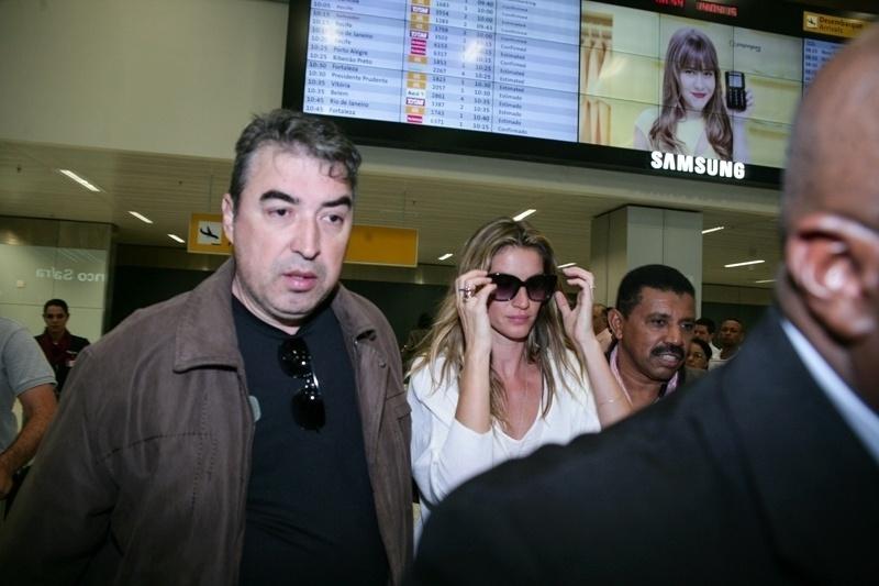 14.abr.2015 - Gisele Bündchen desembarca no aeroporto de Guarulhos, em São Paulo. Top modelo se despede das passarelas com seu último desfile na SPFW