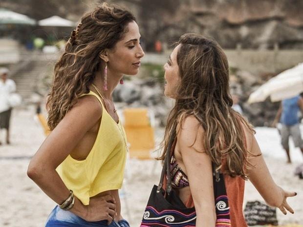 Cris vê Regina beijando Vinícius na praia e as duas discutem