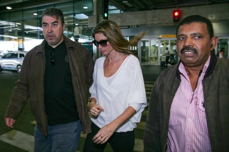 Gisele Bündchen desembarca no aerporto de Guarulhos, em São Paulo. Top modelo se despede das passarelas com seu último desfile na SPFW