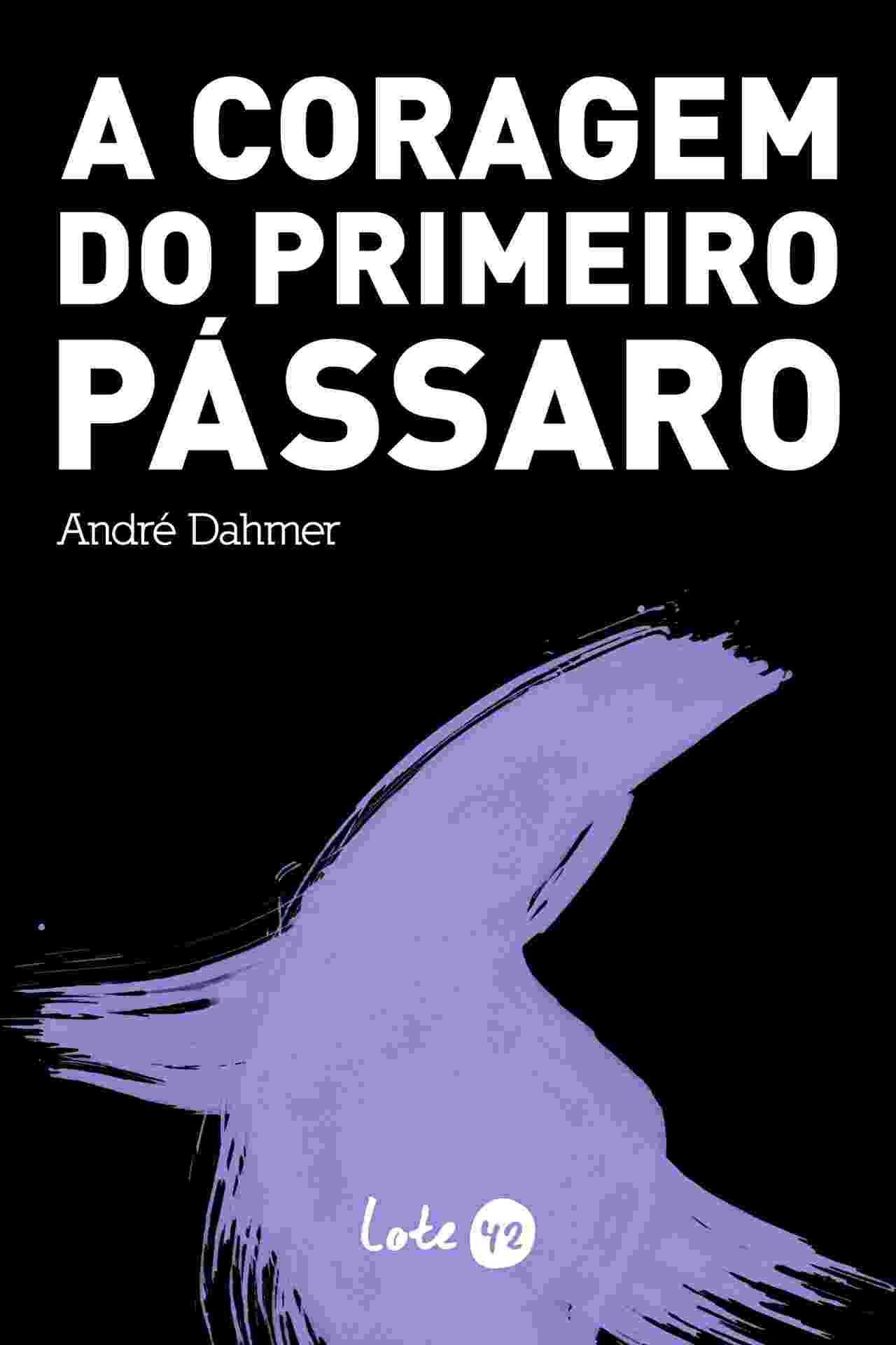 """Mais novo livro editado pela Lote 42, """"A Coragem do Primeiro Pássaro"""", do escritor e desenhista André Dahmer (autor das tirinhas """"Malvados""""), será lançado no dia 6 de maio no Rio, e no dia 9 em São Paulo. A obra revela a faceta de poeta do autor, e o projeto gráfico, com as páginas impressas em preto e as letras em branco, dão a dimensão da tristeza causada pelo fim de um relacionamento. O livro custa R$ 29,90 e tem pré-venda online pelo site http://www.lojalote42.com.br/lote-42/acoragemdoprimeiropassaro/ - Divulgação"""
