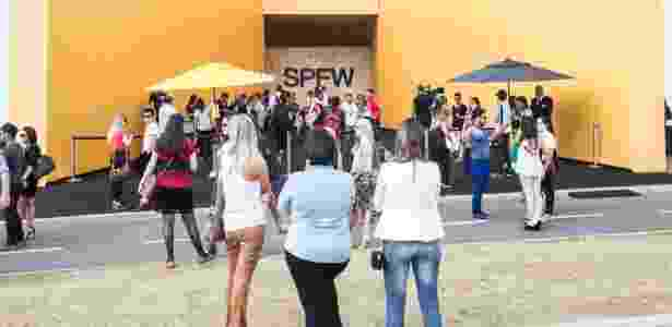 14.abr.2015 - Portaria principal da SPFW, no Parque Cândido Portinari - Gabriel Quintão/UOL